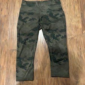 Euc lululemon camo size 6 leggings crop